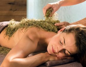 Back massage with hay flowers