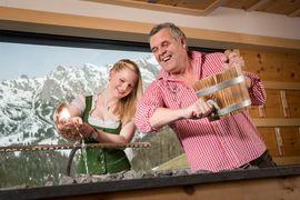 Saunameister Reini heizt ein - Übergossene Alm Resort - Dienten am Hochkönig, Salzburg