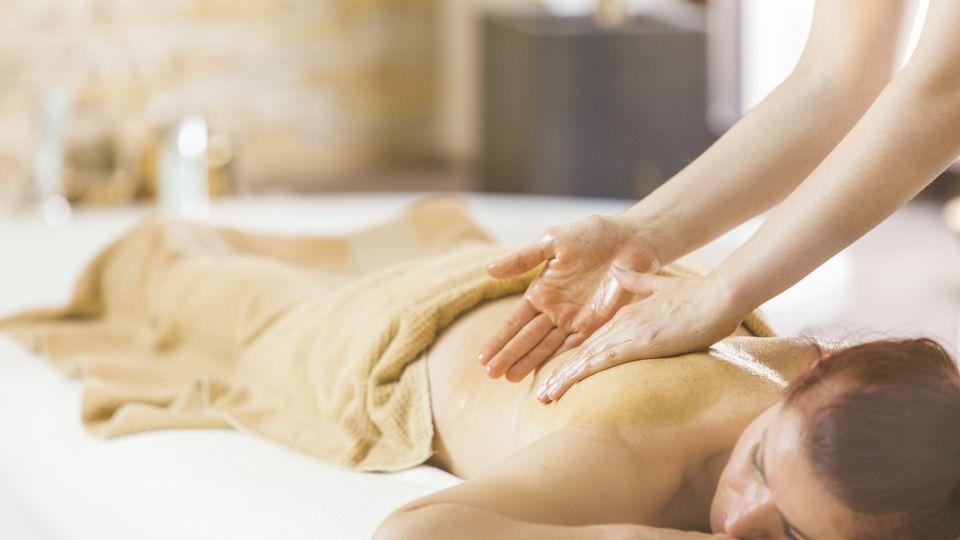 Honey detox massage for the back