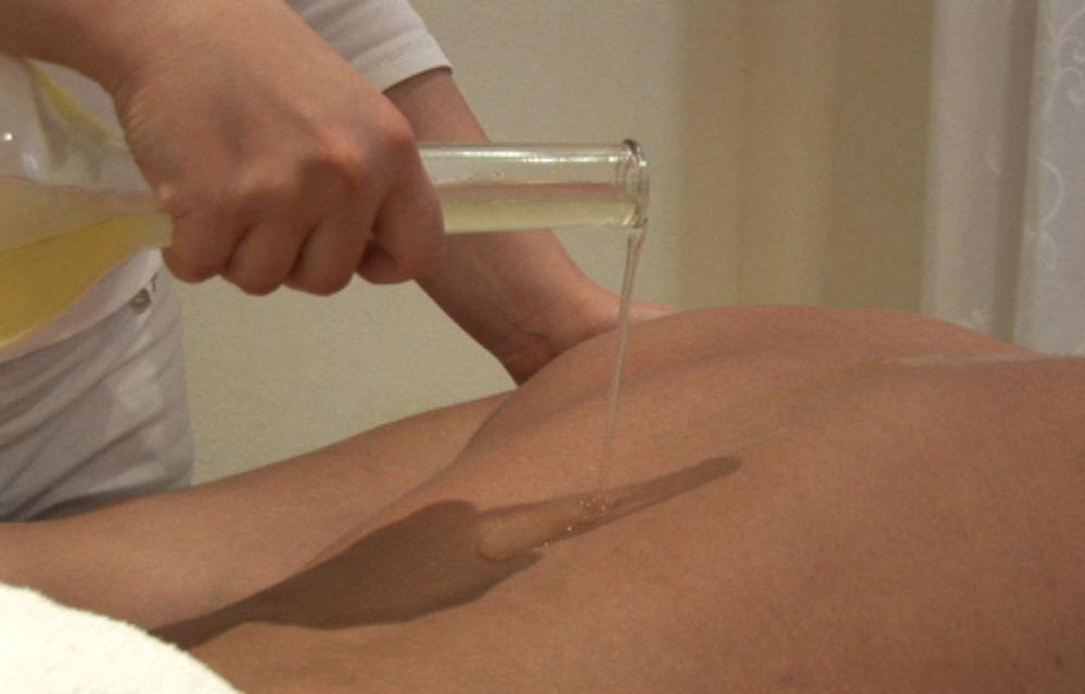 Rückenmassage mit Aroma-Öl
