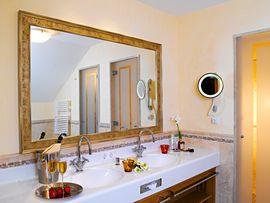 Hotel Post****superior Lermoos Bathroom
