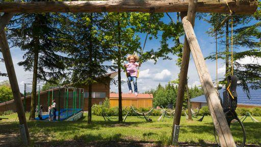 Unser Waldspielplatz mit Piratenschiff, Ritterburg unddie Hütte am Waldbach bieten schier endlose Möglichkeiten zum Spielen.