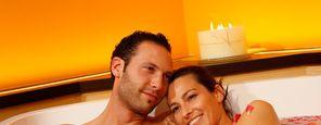 Bagno rilassante e di bellezza nella vasca idromassaggio