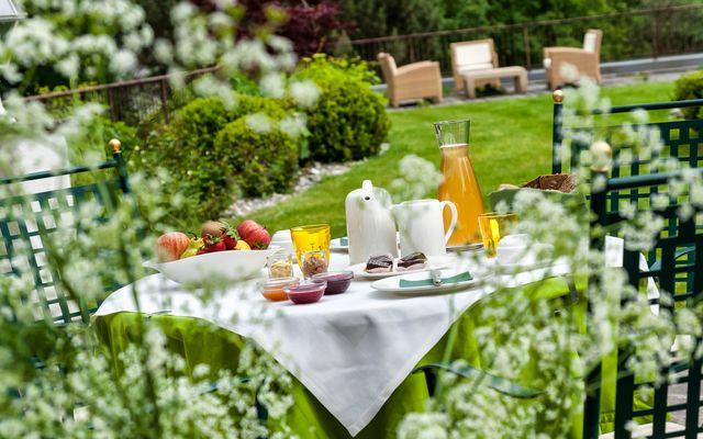 Tauber's Bio-Vitalhotel: Bio-Frühstück im Garten