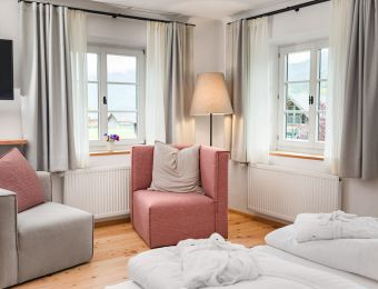 Suite im Haupthaus mit Balkon und Seeblick  - Biohotel Gralhof
