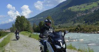 Sind Sie schon mal elektrisch eine Tour gefahren? Erleben Sie die Dynamik und Faszination im ersten Elektro-Testcenter auf der Südseite der Alpen Es freut uns, Zukunft erlebbar zu machen!