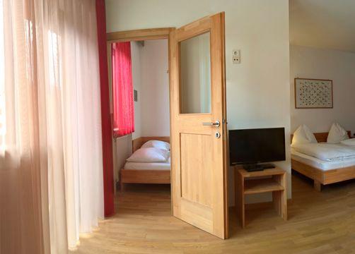 BIO HOTEL Anna: Mehrbettzimmer mit Balkon - Landhotel Anna & Reiterhof Vill, Schlanders, Vinschgau, Trentino-Südtirol, Italien