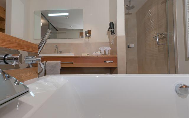 Zimmer Wellness Junior Suite Hotel Mein Almhof Nauders Reschenpass TirolKlares Design, hochwertige natürliche Materialen, größzuige Raumaufteilung und Blick ins Engadin auf die Samnaun Gruppe Berge-11.jpg