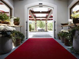 Schön und neu: der überdachte Eingangsbereich