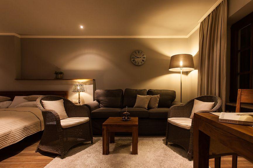 Große Sitzecke mit Sofa und Sessel im Bella Vista Zimmer