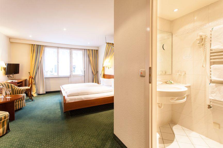 Badezimmer & Wohnraum im Sonnen Doppelzimmer