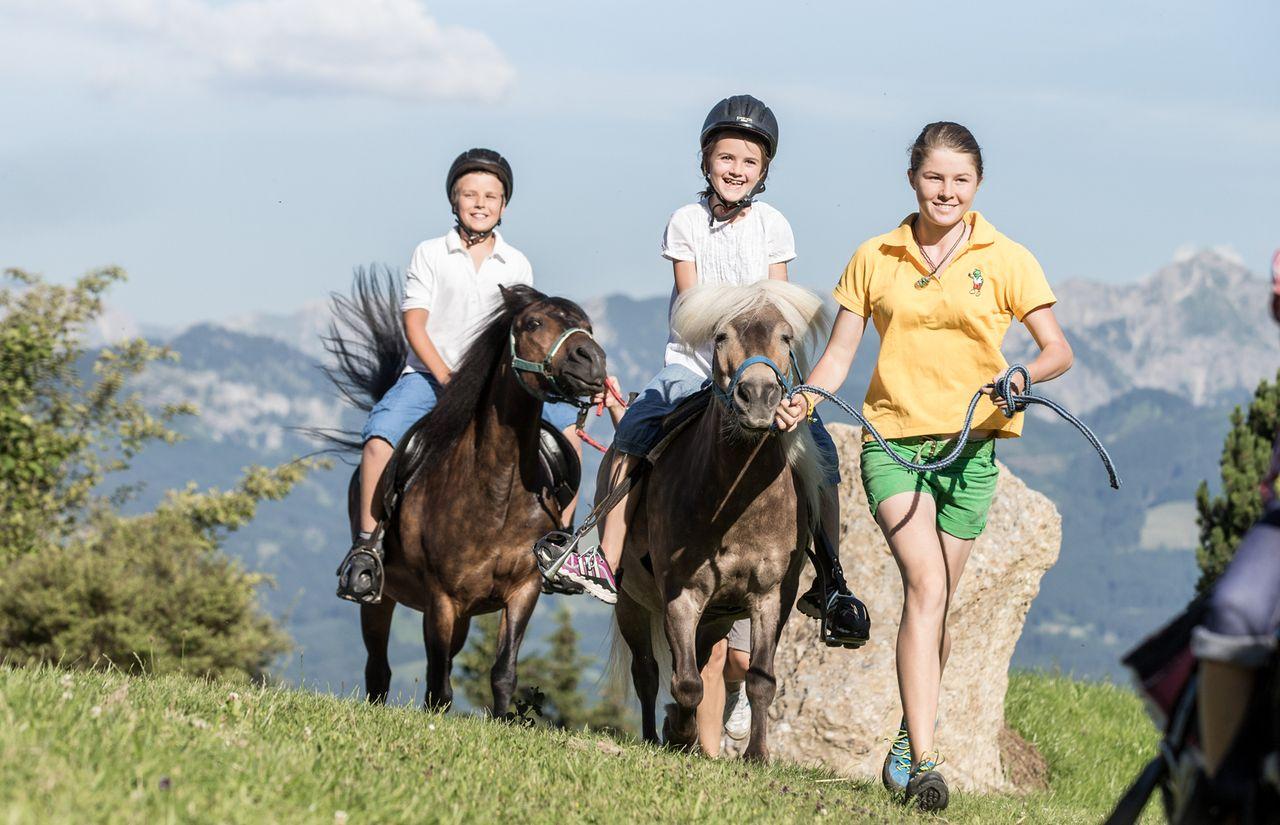 IMP_Familienhotel_Allgäuer_Berghof_Ponyreiten_Gruppe.jpg