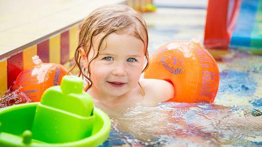 Kinderbecken mit Regenbogenrutsche, Happy-Schwimmschule, beheitzes Hallenbad und Wellnessbereich.