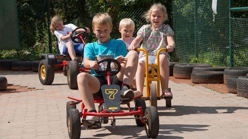 Im Familotel Family Club Harz haben wir sogar eine eigene Kettcar-Bahn.