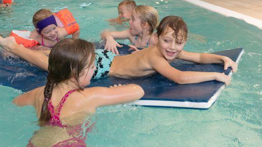 Im Schwimmbad könnt Ihr nicht nur Schwimmen lernen, sondern auch wunderbar entspannen.