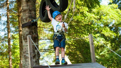 Viele Abenteuer erleben am coolsten Waldspielplatz, der direkt am Bach gelegen ist!