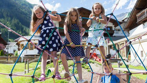 Viel Platz zum Toben und Spaß haben bietet der große Kinderspielplatz mit Karussell, Klettertürmen, Sandkasten uvm.