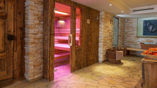 Eintauchen und die Elemente erleben in verschiedenen Saunen und der Dampfgrotte im Familotel Alphotel.