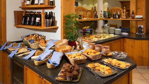 Der Duft des frisch gebackenen Brotes zieht Sie vom Bett direkt zum umfangreichen Frühstücksbuffet im Familotel Oberkarteis.