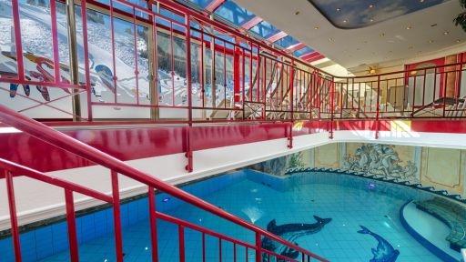 Die Leichtigkeit des Seins nehmen Sie im großzügigen Schwimmbecken im Wellnesshotel Zauchenseehof so richtig wahr.