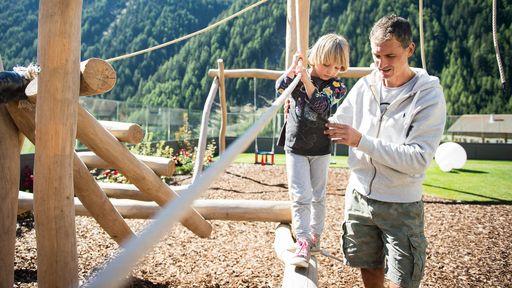 Kinderspielplatz direkt am Familotel Huber mit Trampolin, Rutsche, Wippe, Schaukel, Kletterturm und großer Sandkiste