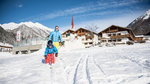 Die Kinder lernen das Skifahren im Snow Park auf spielerische Weise.