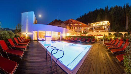 Der beheizte Außenpool ist im Familotel Amiamo im Sommer sowie auch im Winter der Lieblingsplatz der Gäste.