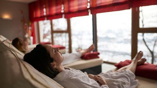 Der Panorama-Ruheraum Amicalma mit herrlichem Blick über die angrenzenden Berge lädt zum Entspannen und Ruhen ein.