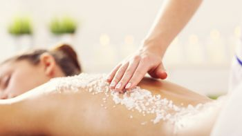 Anwendung mit Peeling im Wellnesshotel