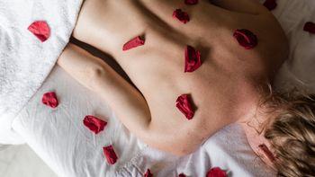 Ganzkörperpeeling mit Rosen- und Melissenblüten