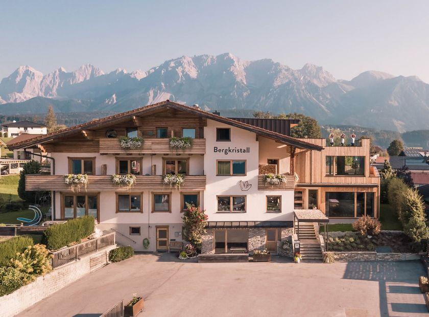 BIO HOTEL Bergkristall: Außenansicht Sommer - Bio- & Yogahotel Bergkristall, Schladming, Steiermark, Österreich