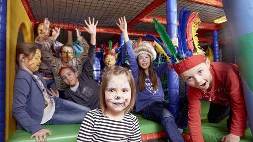 Kinderbetreuung schminken Funpark IndianerfestAlles da, was Babys glücklich macht in der exklusiven Babyclub-Lounge.