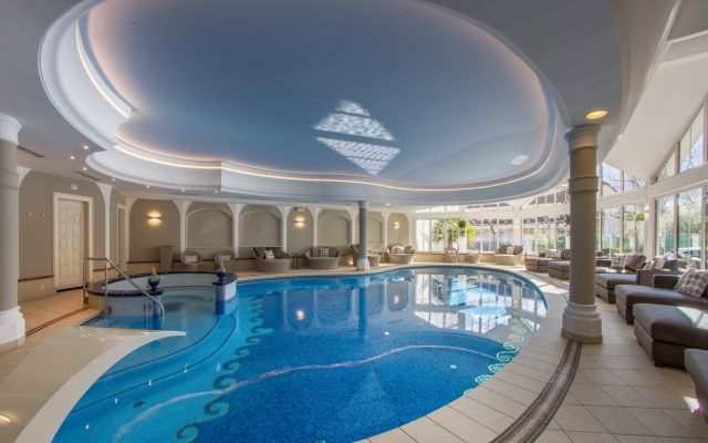 Erlebnis-Hallenbad mit Whirlpool