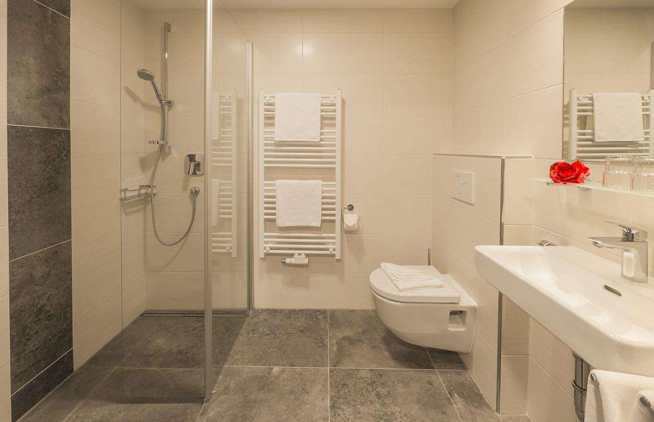 AktivHotel Hochfilzer in Ellmau am Wilden Kaiser_Beispielbad_ Doppelzimmer Komfort@multivisualart