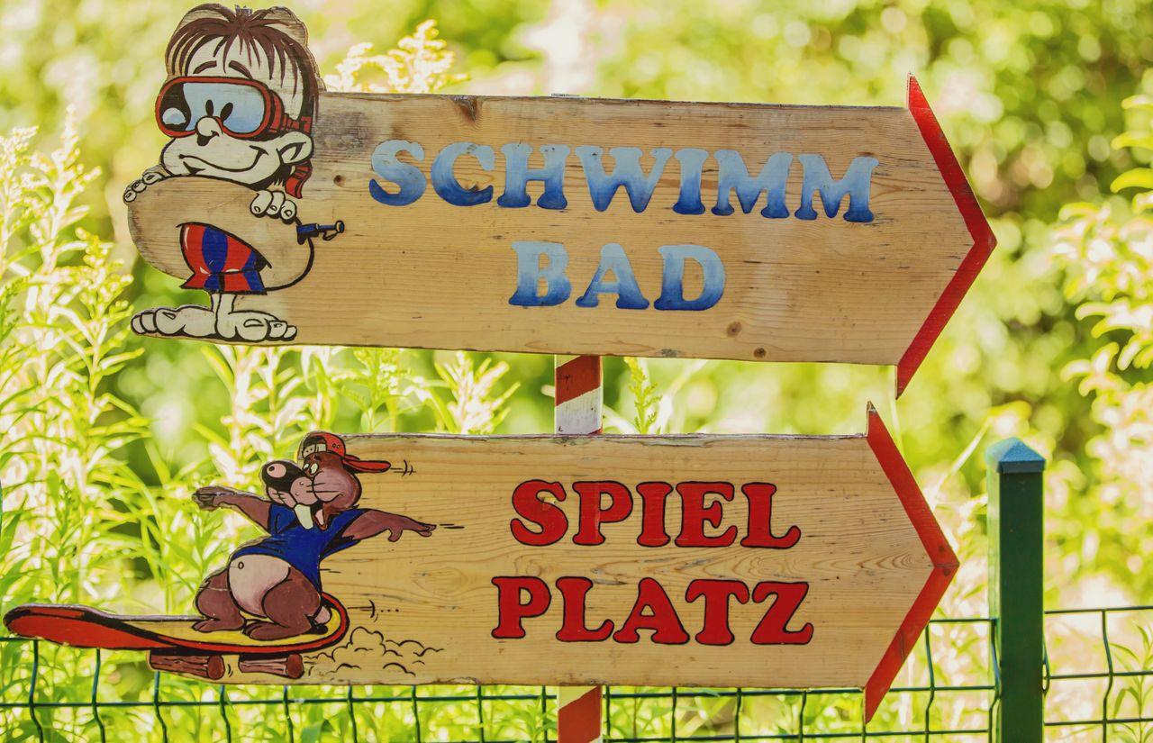 Schwimmbad und Spielplatz
