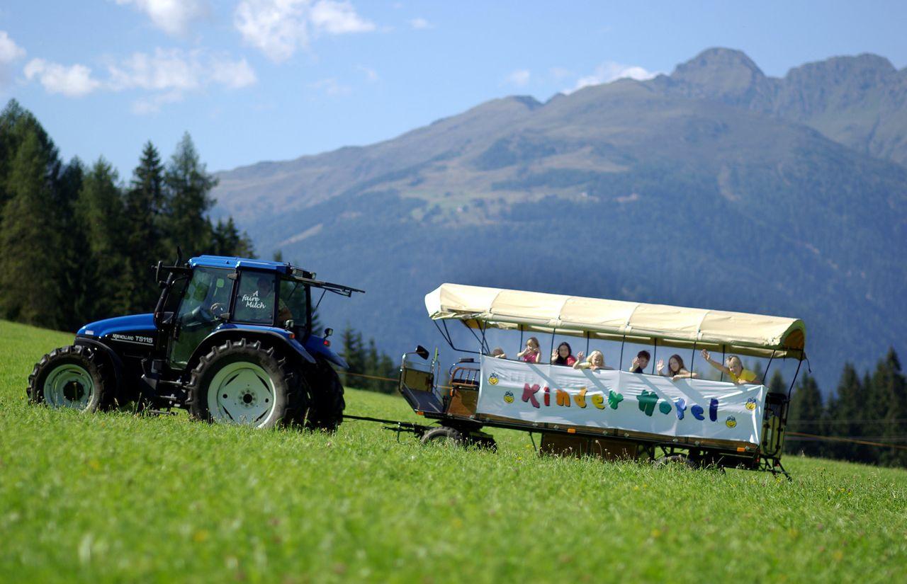 Familienhotel Kreuzwirt - Kinder-Ausflug mit dem Traktor