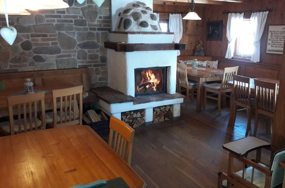 Amoseralm, diningroom with open fire place