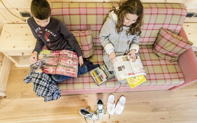 Kinder-relaxen-auf-dem-Sofa