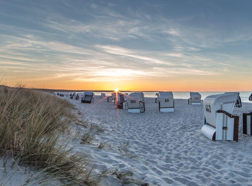 Biohotel Insel Usedom: Strandkörbe beim Sonnenaufgang - Gutshof Insel Usedom, Mellenthin, Mecklenburg-Vorpommern, Deutschland
