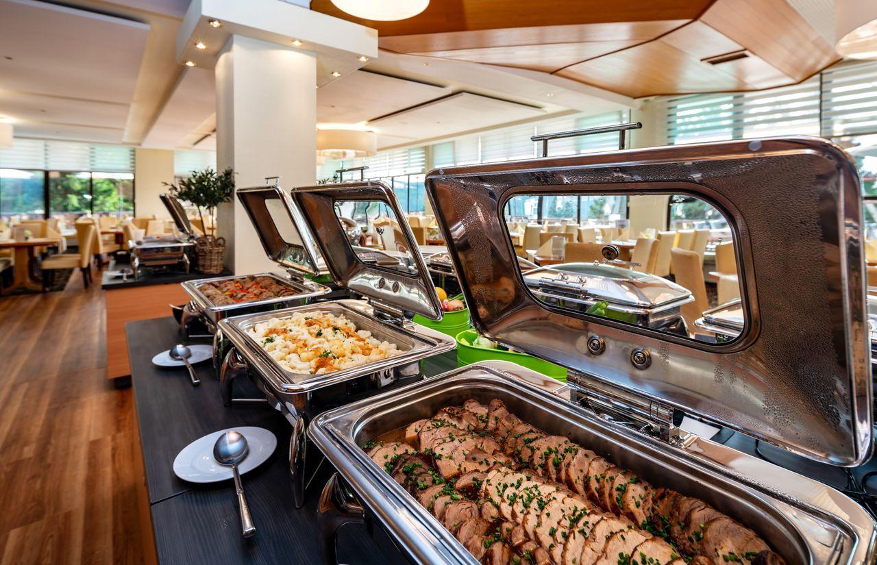 Vielfältiges Abendbuffet im Halbpensionsrestaurant Bergkristall