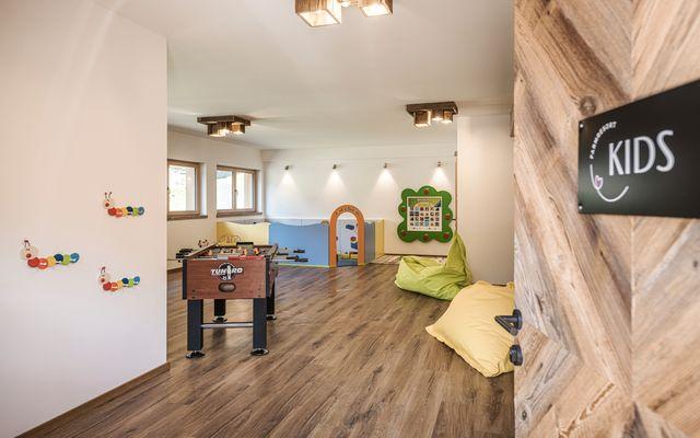 Zimmer mit Tischkicker für die Kids