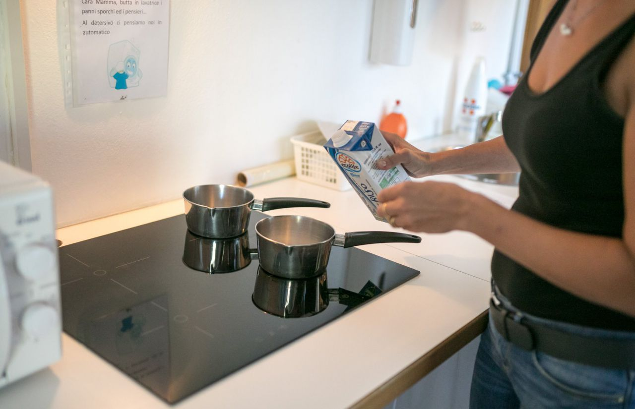 Bereich für Mamas - eine kleine Küche mit Mikrowelle, Mixer und Herd