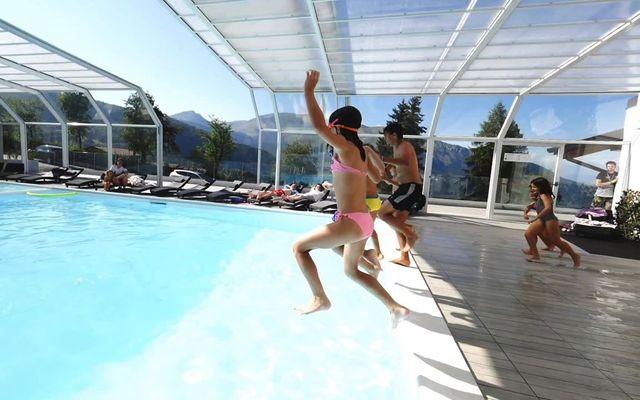 Überdachter Pool des Familienhotels Fabilia Family Hotel Polsa
