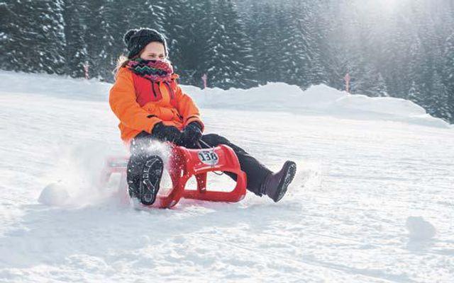 Kinder haben Spaß im Schnee