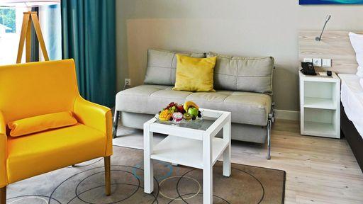 SEETELHOTEL Kaiserstrand Beachhotel - Zimmerbeispiel Junior Suite Landseite