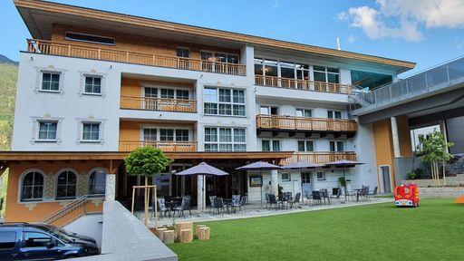 Außenansicht Kinderhotel Stefan mit Gartenanlage